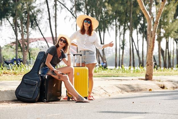 Weibliche anhalter, die auto fangen