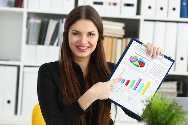 Weibliche armshow-statistikgraphik befestigt, um im büroporträt aufzufüllen. teilnahme des börsenmarktberaters an der verhandlungsstudie zum handelsprozess wirtschaftsinspektor prüfen oder erläutern gelddaten