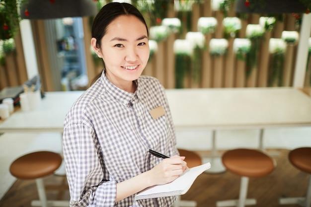 Weibliche asiatische kellnerin