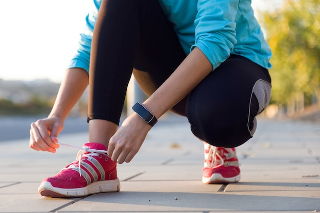 Weibliche athleten, die schnürsenkel zum joggen
