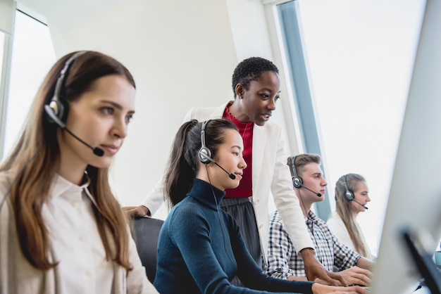 Weibliche aufsichtskraft, die mit team im call-center arbeitet