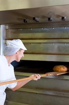 Weibliche bäcker brot backen