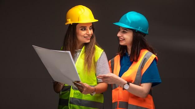 Weibliche bauingenieure arbeiten zusammen und diskutieren den projektplan.
