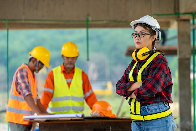 Weibliche baustelleningenieurin, porträt einer selbstbewussten bauarbeiterin auf der baustelle.