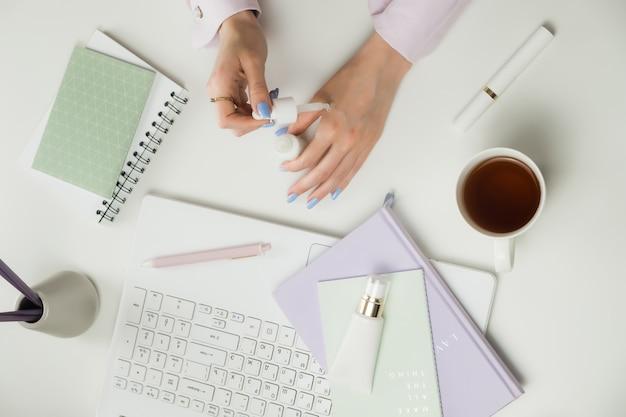 Weibliche beauty-bloggerin oder beraterin. fernarbeit von zu hause aus. freiberufler laptop, tasse kaffee.