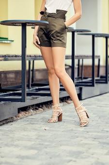 Weibliche beine in kurzen hosen