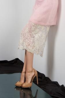 Weibliche beine in langem spitzenrock