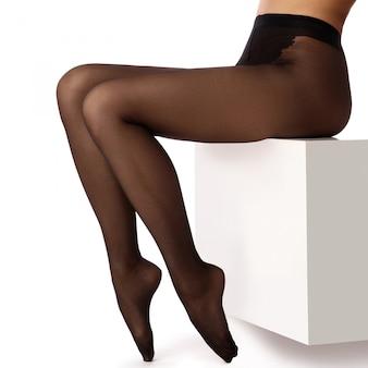 Weibliche beine in schwarzen strumpfhosen