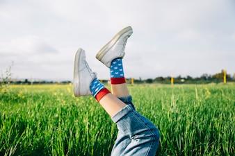 Weibliche Beine in weißen Schuhen