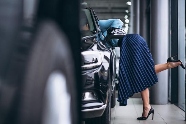 Weibliche beine schließen oben durch das automobil