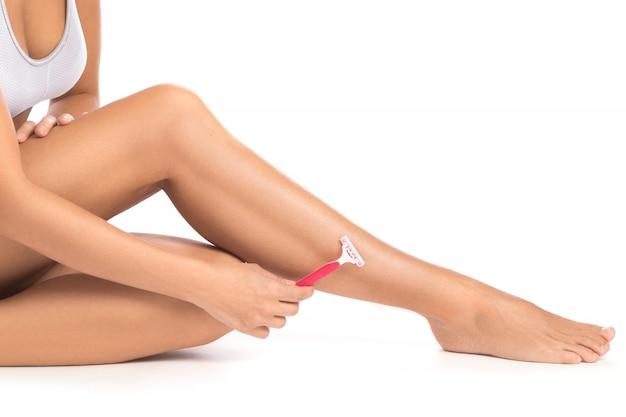 Weibliche beine und rasiermesser