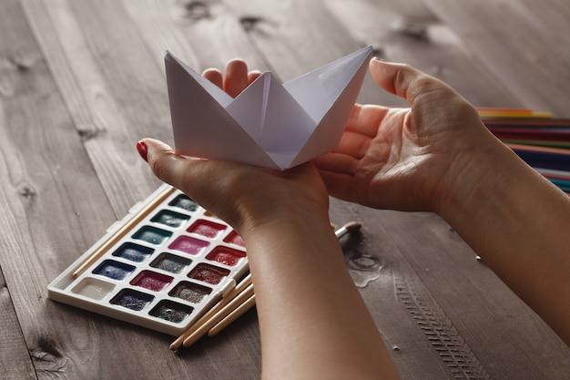 Weibliche bereit lektion zu erziehen tun papier handwerk origami