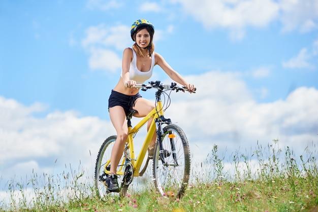 Weibliche biker fahren mit dem mountainbike