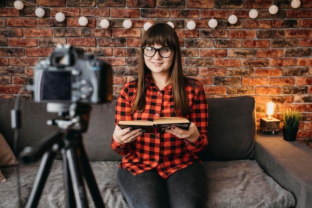 Weibliche blogger, die online mit kamera streamen
