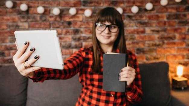 Weibliche blogger, die online mit tablette streamen