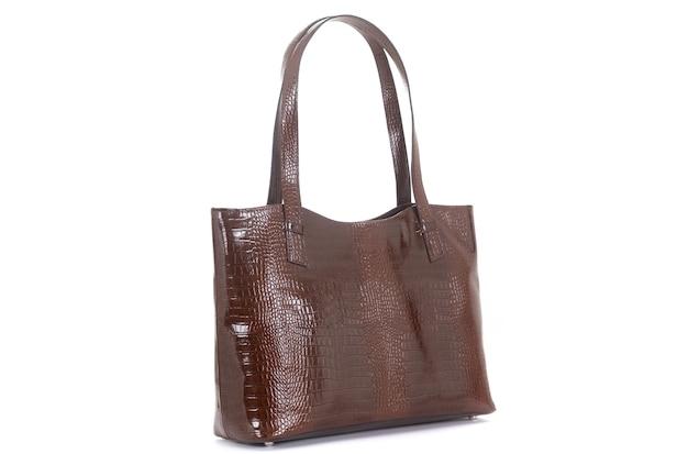 Weibliche braune ledertasche am griff seitlich