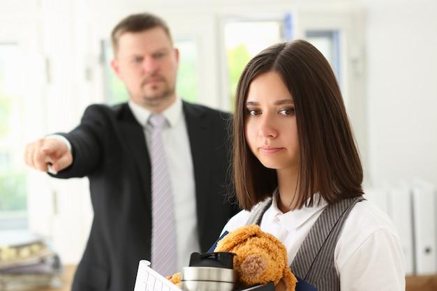 Weibliche büroangestellte, die vom job entlassen wird