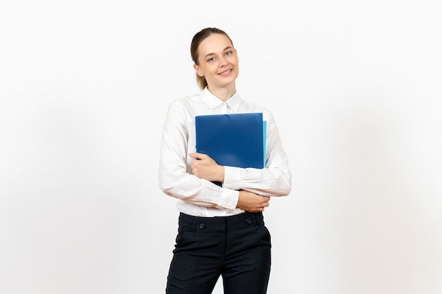 Weibliche büroangestellte in der weißen bluse, die dokumente auf weiß hält