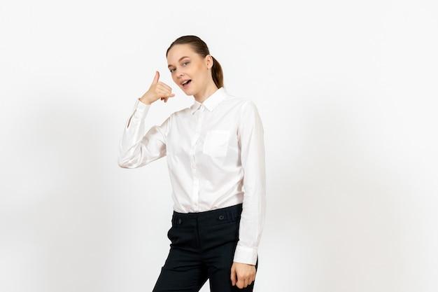 Weibliche büroangestellte in eleganter weißer bluse auf weißem boden frauendokument bürodatei jobarbeiter