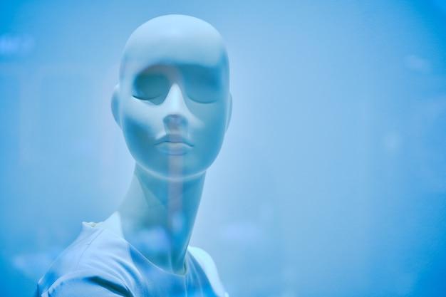 Weibliche büste schaufensterpuppe in leichter kleidung. farbe von 2020. klassisch blau getönt.