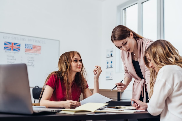 Weibliche college-studenten im klassenzimmer. schulstudium lernen klasse.