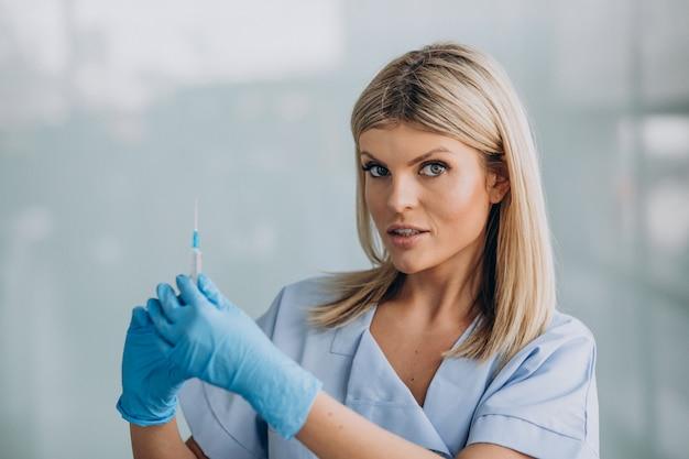 Weibliche dermatologin mit stich in den händen