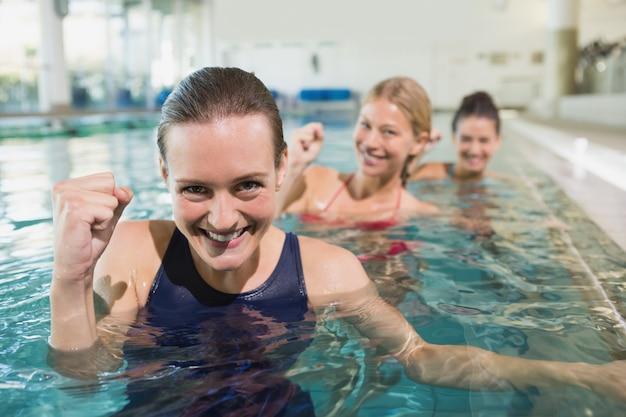 Weibliche eignungklasse, die aqua aerobic tut