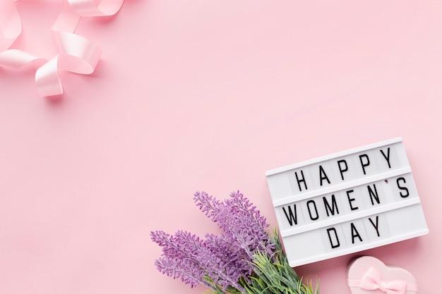 Weibliche elemente mit kopienraum auf rosa hintergrund