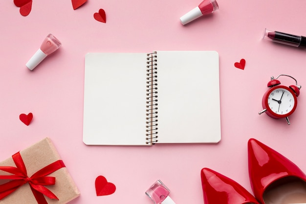 Weibliche elemente mit leerem notizbuch