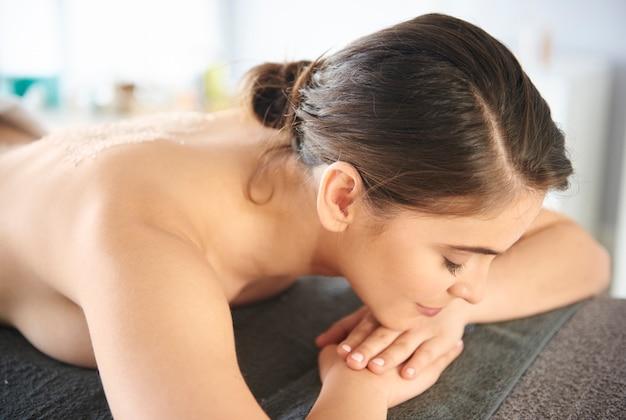 Weibliche entspannung im spa