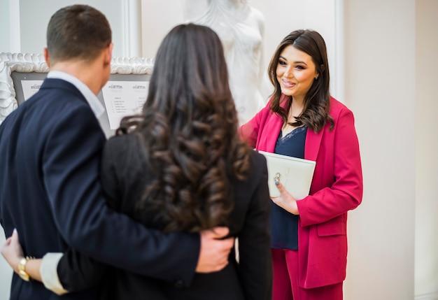 Weibliche event manager und paar reden