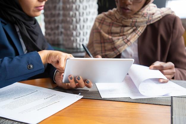 Weibliche fachkräfte, die an dokumenten arbeiten