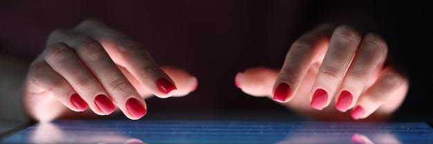Weibliche finger auf dem tablet-bildschirm nachts unregelmäßiges arbeitstagkonzept