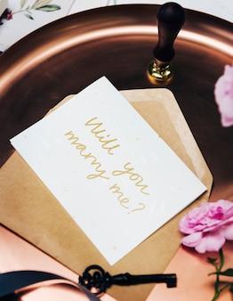 Weibliche flache lage einer heiratsantragskarte