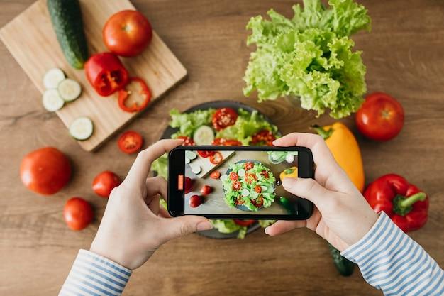 Weibliche food-bloggerin, die zu hause strömt