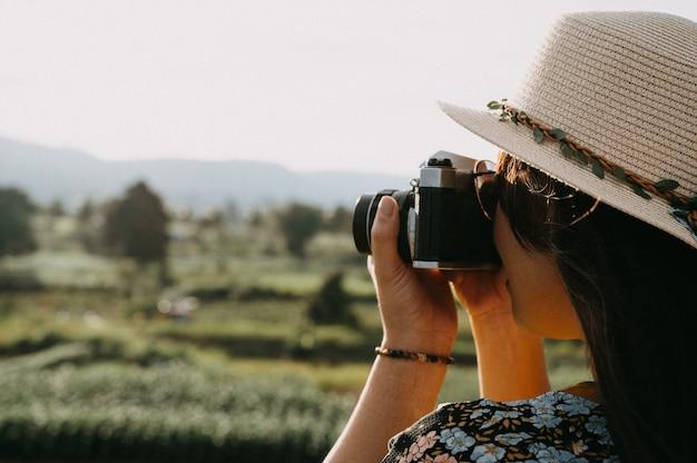Weibliche fotografen reisen sonnenuntergangnatur und machen fotos