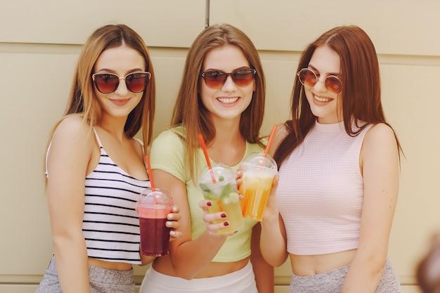 Weibliche frau im freien im sommer recht