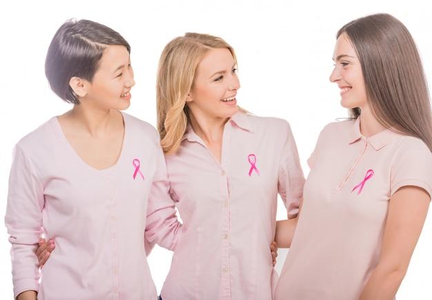 Weibliche freiwillige, die das bewusstsein für brustkrebs unterstützen.