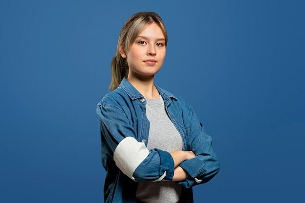 Weibliche freiwillige, die ein armbandportrait tragen