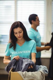 Weibliche freiwillige überprüfung kleidung