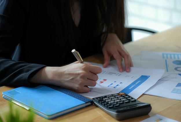 Weibliche führungskräfte schließen einen budgetplan ab.