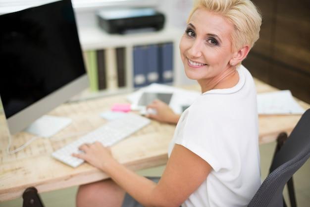 Weibliche führungskraft in ihrem büro