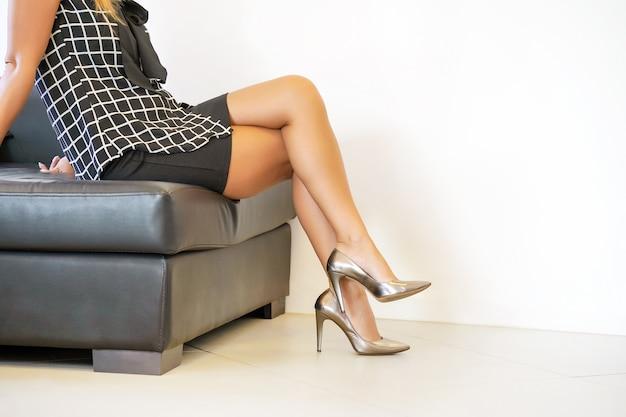 Weibliche füße in roten schuhen.