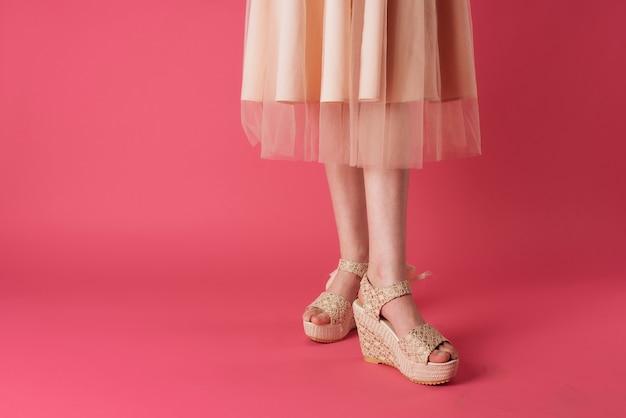 Weibliche füße modeschuhe eleganter stil beschnittene ansicht rosa hintergrund
