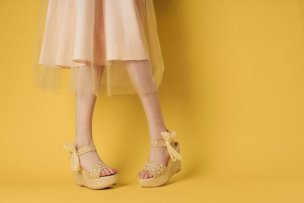 Weibliche füße modische schuhe attraktiven look gelben lebensstil