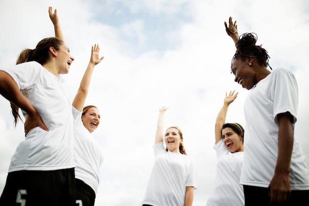Weibliche fußballspieler, die auf dem feld zujubeln