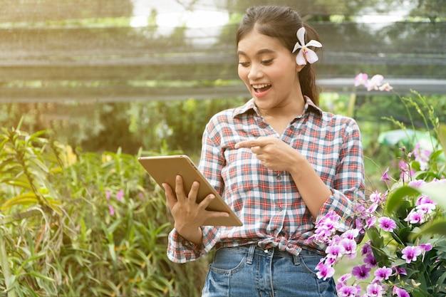 Weibliche gärtner tragen karierte hemden