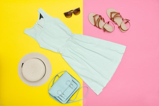 Weibliche garderobe. minzkleid, handtasche, schuhe und hut.
