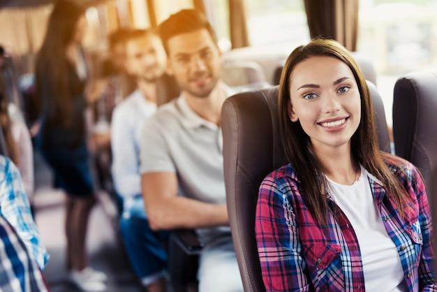 Weibliche gastgeberin kümmert sich um kunden auf reisen.