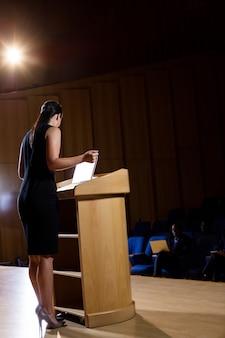 Weibliche geschäftsführerin, die eine rede hält